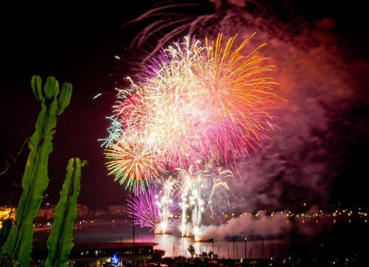 Feux d'artifice dans la baie de Cannes